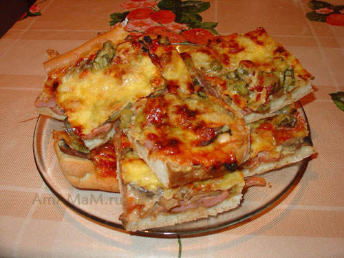 Очень вкусные ломтики пиццы с помидорами, сыром, ветчиной или колбаской, корнишонами и грибами!