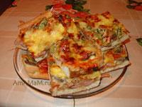 Очень вкусная пицца на дрожжевой основе с колбасой, грибами и маринованными огурчиками!