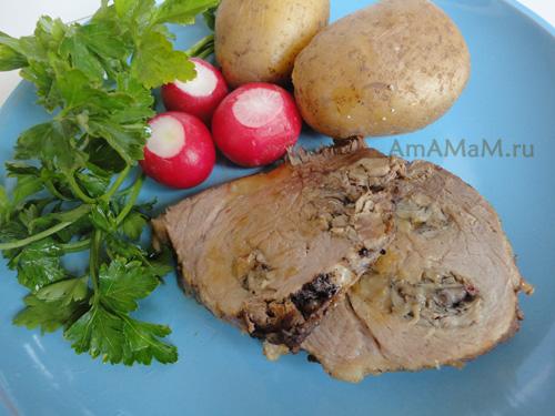 Тушеная свинина целым куском с вешенками и гарниром из картофеля