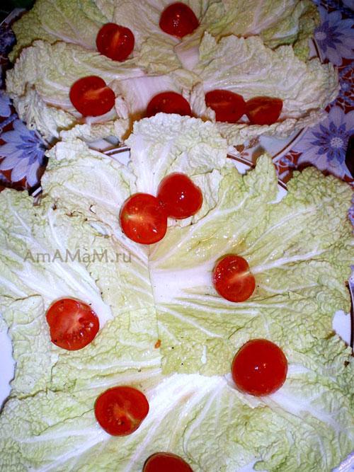 Выкладка итальянсокго салата с курицей, перцем и помидорами на блюдо