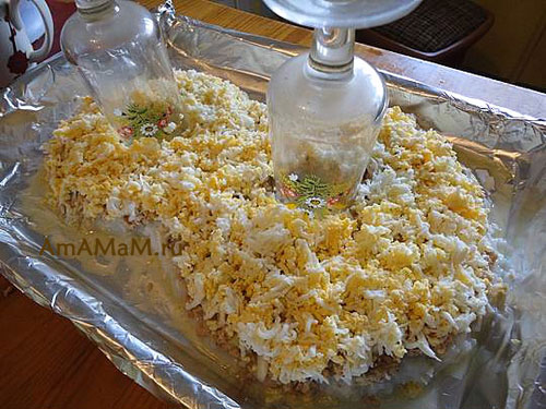 Делаем салат с печенью трески - четвертый слой из тертых яиц