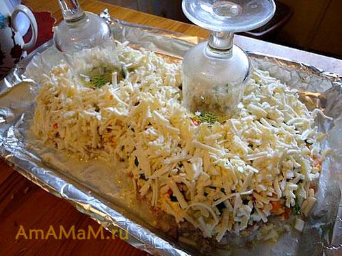 Приготовление салата из печени трески с рисом: выкладываем слой из плавленых сырков
