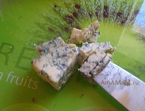 Нарезка сыра Дор Блю перед тем, как размять его вилкой