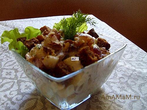 Очеьн вкусны салат из курицей с яблоками, виноградом, сельдереем, грецкими орехами. зеленью и заправкой из сырного соуса (сыра с плесенью)
