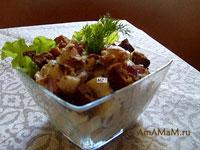 Очень вкусный легкий американский салат из курицы с яблоком, сельдереем, грецкими орехами и виноградом под потрясающим соусом из голубого сыра!