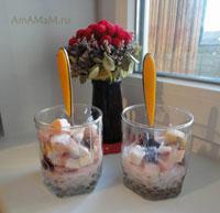 Очень вкусный и сочный фруктовый салат из яблок, мандаринов, вишни и чернослива, с заправкой на основе йогурта