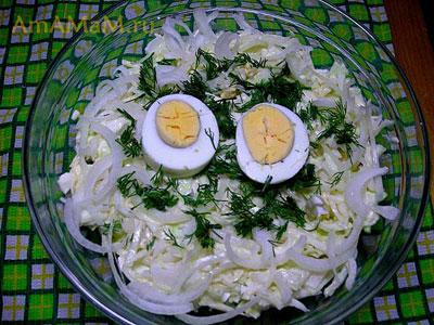 Очень просотй и вкусный домашний салат из капусты с яйцами и луком