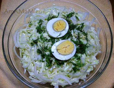 Простой и вкусный салатик из яиц, капусты и лука с зеленью