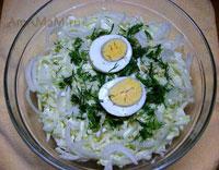 Очень вкусный салат из яиц и капусты с луком!