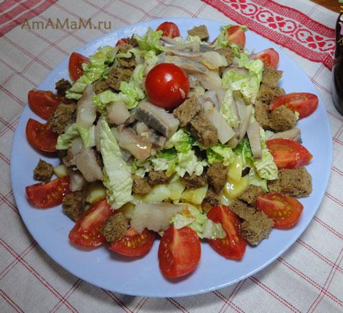 Сытный салат из селедки и картофеля