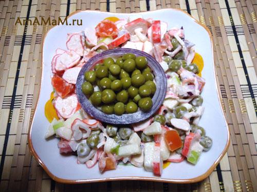 Блюда из крабовых палочек (сурими) - вкусный салат с горошком и яблоком