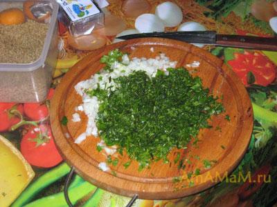 Измельчаем петрушку, кинзу, лук и чеснок для заправки лобио