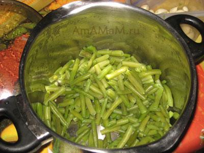 Отварить фасоль для лобио и нарезать ее небольшими кусочками
