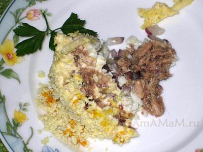 Рассыпчатый рыбный салат Мимоза на тарелке