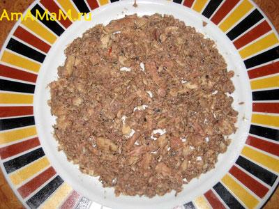 Первый слой салата Мимоза - рыба, размятая вилкой