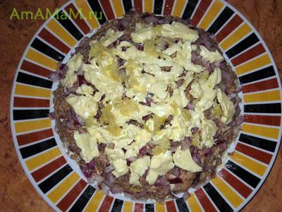 Восьмой слой салата Мимоза - масло и чеснок