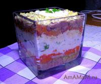 Очень вкусный слоеный салат из печени трески с яйцами, луком, морковкой и майонезом