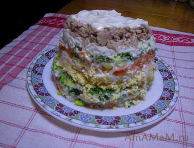 Вкусный слоеный салат с печенью трески