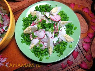 Украшение салата из яиц и редиски сердечками, вырезанными из редиса