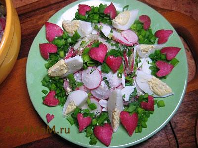 Салат с редиской и яйцами, украшенный сердечками из редиски