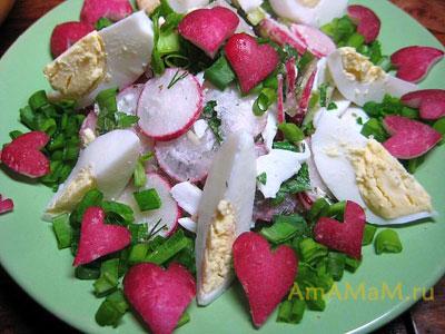 Простой и вкусный салат с редиской и яйцами, украшен к дню Святого Валентина