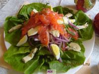 Салат из красной рыбы с сыром, огурцами, помидорами и зеленью!