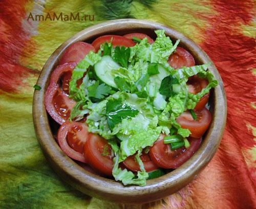 Очень всежий и сочный салат из огурцов, помидоров и салатной капусты