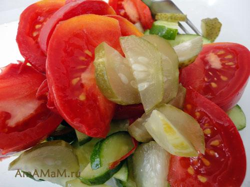Как правильно нарезать помидоры и малосольные огурцы в салат