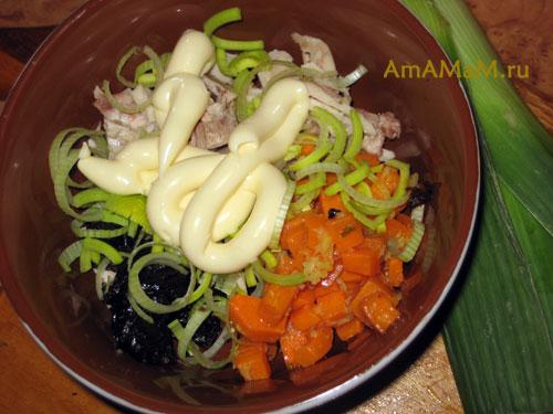 Спрособ приготовления салата из курицы с тыквой, черносливом, имбирем, луком и перцем чили