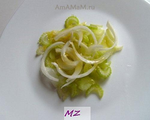 Выкладывание овощного салата с яблоками слоями
