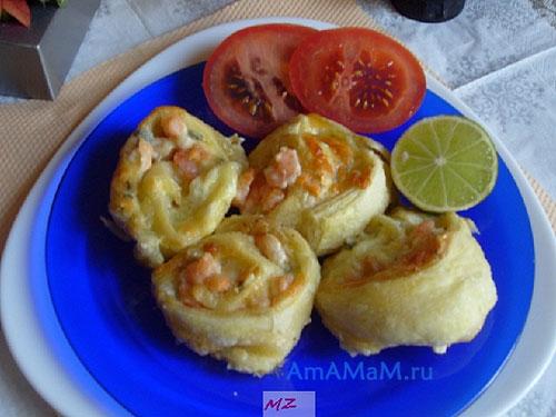 Очень вкусная сырная закуска с креветками в виде рулетиков из слоеного теста
