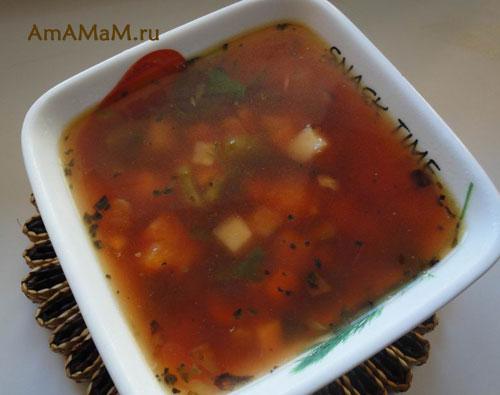 Вкусный и сытный борщ, овощи нарезаны кубиками