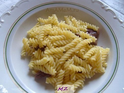 Чем наполнить тарелки для томатного супа - макароны, мясо