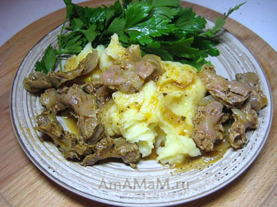 Пупри, тушеные с луком и специями с картофельным пюре и зеленью - очень вкусно
