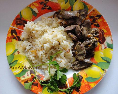 Очень вкусный жареный рис с куриными субпродуктами (сердечками)