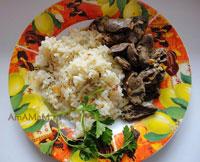 Очень вкусные куриные сердечки, жареные с луком и морковью, с гарниром из риса, жареного на сковороде