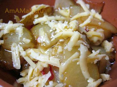 Посыпать готовый десерт из груш сыром