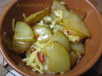 Выкладываем грушевый десерт в креманку или мисочку и пересыпаем его слои сыром