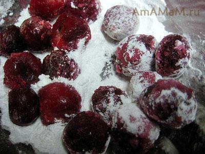 Замороженная вишня оттаивает в сахарной пудре
