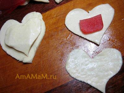 Вырезанные из квадратиков сердечки - остатки от пирожных, начиняем мармеладом