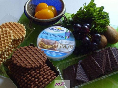 Состав продуктов для приготовления десерта из маскарпоне, вафель, винограда, киви и персиков