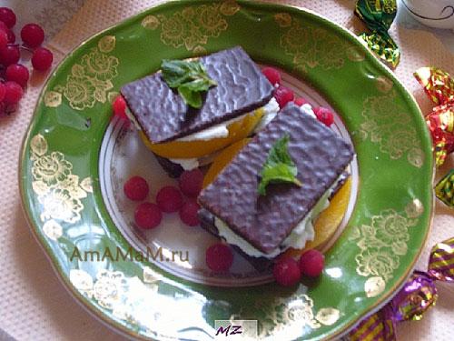 Изготовление десерта из пластинок шоколада с маскарпоне и фруктами