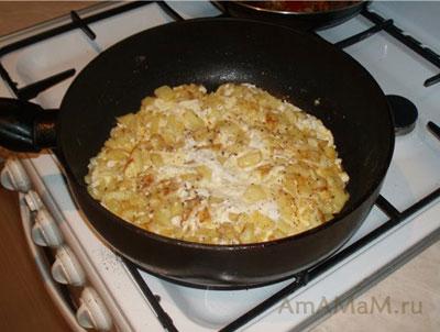 Готовим омлет с картошкой для закуски с селедкой и творожным сыром