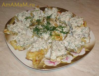 Вкусная закуска: творожный сыр с селедкой и зеленью на тостах из картофельного омлета
