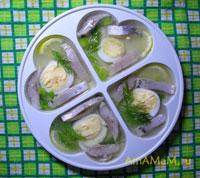 Желе из сельди с яйцом, лимоном и зеленью в бульоне