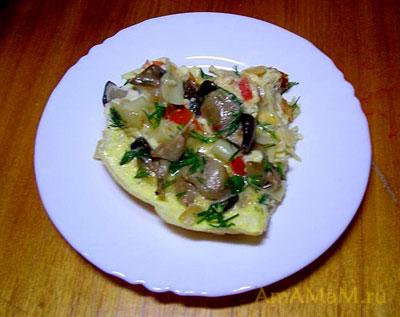 Порция вкусной запеканки с макаронными изделиями и грибами